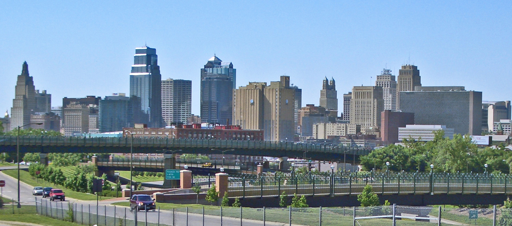 Kansas_City_MO_Skyline_14July2008v.jpg